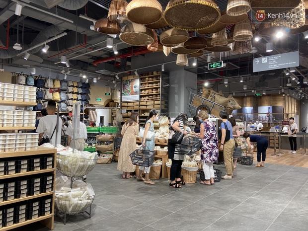 Dân tình mua gì tại MUJI Hà Nội ngày khai trương: Đồ dùng gia đình, bánh kẹo đắt hàng; ghế lười được nhiều người hỏi han - Ảnh 1.