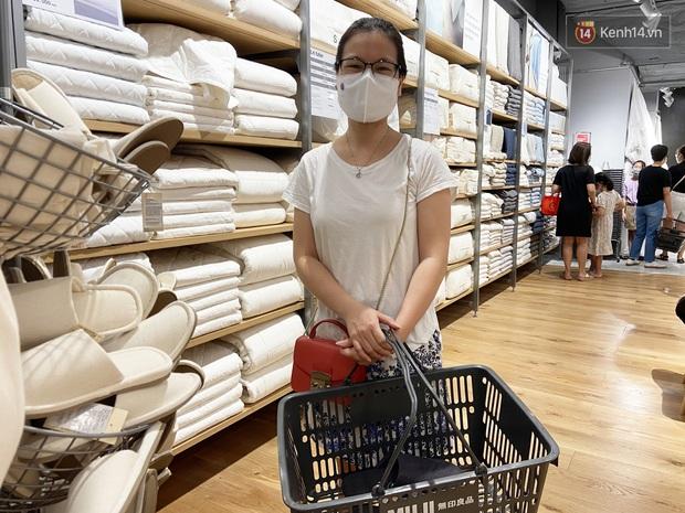 Dân tình mua gì tại MUJI Hà Nội ngày khai trương: Đồ dùng gia đình, bánh kẹo đắt hàng; ghế lười được nhiều người hỏi han - Ảnh 3.