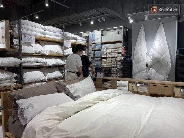 Dân tình mua gì tại MUJI Hà Nội ngày khai trương: Đồ dùng gia đình, bánh kẹo đắt hàng; ghế lười được nhiều người hỏi han - Ảnh 10.