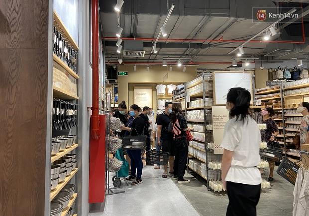 Dân tình mua gì tại MUJI Hà Nội ngày khai trương: Đồ dùng gia đình, bánh kẹo đắt hàng; ghế lười được nhiều người hỏi han - Ảnh 6.