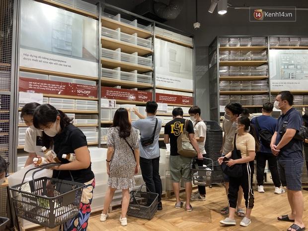 Dân tình mua gì tại MUJI Hà Nội ngày khai trương: Đồ dùng gia đình, bánh kẹo đắt hàng; ghế lười được nhiều người hỏi han - Ảnh 2.