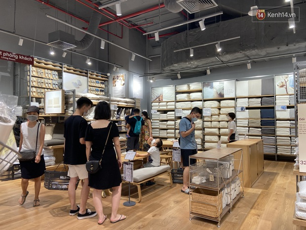 Dân tình mua gì tại MUJI Hà Nội ngày khai trương: Đồ dùng gia đình, bánh kẹo đắt hàng; ghế lười được nhiều người hỏi han - Ảnh 9.