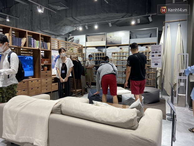 Dân tình mua gì tại MUJI Hà Nội ngày khai trương: Đồ dùng gia đình, bánh kẹo đắt hàng; ghế lười được nhiều người hỏi han - Ảnh 11.