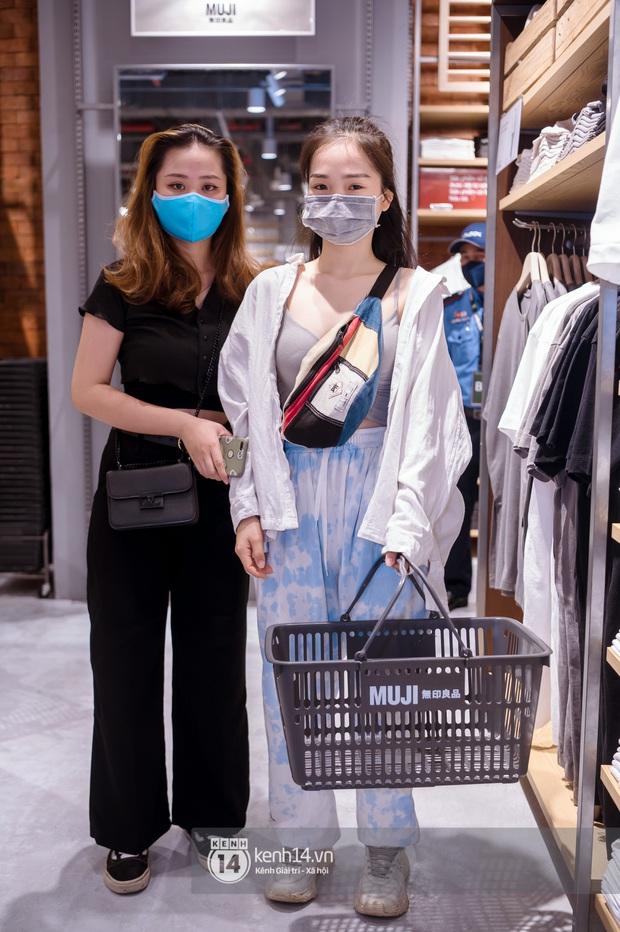 Soi style giới trẻ ngày khai trương MUJI: Hoá ra đây là công thức đơn giản để lên đồ xinh hết nấc, bảo sao netizen 2 miền đều thích! - Ảnh 2.
