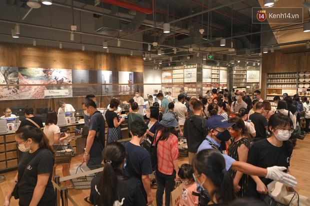 Dân tình mua gì tại MUJI Hà Nội ngày khai trương: Đồ dùng gia đình, bánh kẹo đắt hàng; ghế lười được nhiều người hỏi han - Ảnh 12.