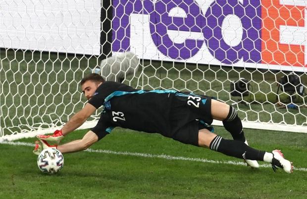 Thủ môn điển trai người Tây Ban Nha sử dụng tuyệt chiêu của Đặng Văn Lâm để khiến đội tuyển Thụy Sĩ ôm hận - Ảnh 1.