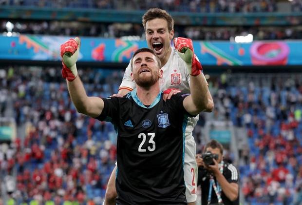 Thủ môn điển trai người Tây Ban Nha sử dụng tuyệt chiêu của Đặng Văn Lâm để khiến đội tuyển Thụy Sĩ ôm hận - Ảnh 2.