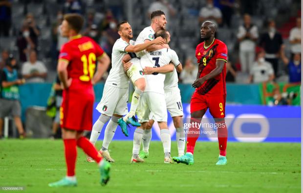 Cầu thủ Ý cởi quần, lột áo tặng fan sau chiến thắng oanh liệt ở tứ kết Euro 2020 - Ảnh 2.