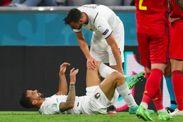 Ảnh: Cầu thủ trụ cột Italy ôm mặt khóc nức nở vì đứt gân gót chân - Ảnh 1.