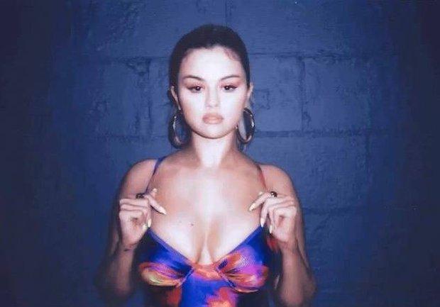 Selena Gomez mặc bikini khoe vòng 1 tăng size ngồn ngộn bỏng mắt, dân tình sững sờ suýt không nhận ra gái ngoan ngày nào - Ảnh 5.