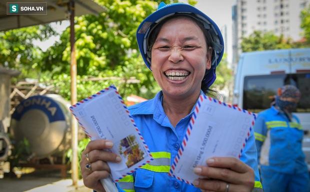 Trao quà tặng 47 công nhân thu gom rác bị nợ lương ở Hà Nội: Sướng quá! Hôm nay nhà tôi sẽ có một bữa cơm có thịt rồi! - Ảnh 1.