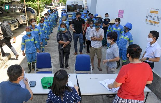 Trao quà tặng 47 công nhân thu gom rác bị nợ lương ở Hà Nội: Sướng quá! Hôm nay nhà tôi sẽ có một bữa cơm có thịt rồi! - Ảnh 2.