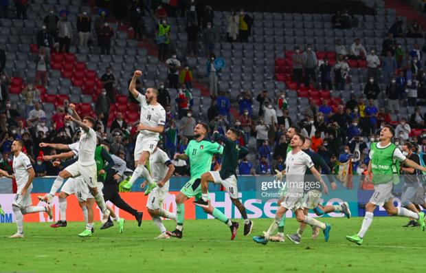 Cầu thủ Ý cởi quần, lột áo tặng fan sau chiến thắng oanh liệt ở tứ kết Euro 2020 - Ảnh 3.