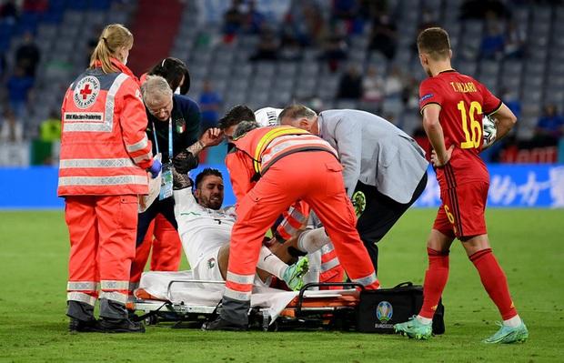 Ảnh: Cầu thủ trụ cột Italy ôm mặt khóc nức nở vì đứt gân gót chân - Ảnh 3.