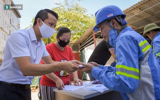 Trao quà tặng 47 công nhân thu gom rác bị nợ lương ở Hà Nội: Sướng quá! Hôm nay nhà tôi sẽ có một bữa cơm có thịt rồi! - Ảnh 3.