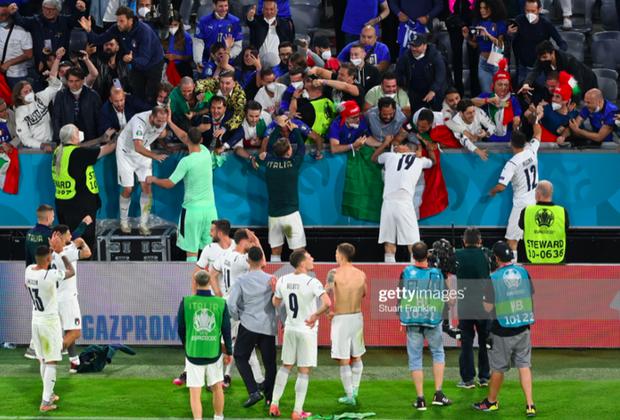 Cầu thủ Ý cởi quần, lột áo tặng fan sau chiến thắng oanh liệt ở tứ kết Euro 2020 - Ảnh 4.