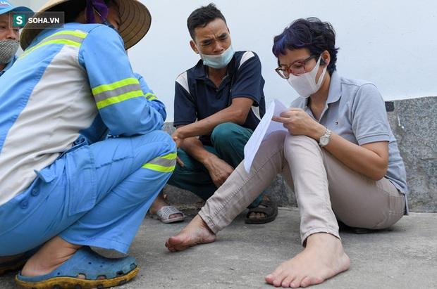 Trao quà tặng 47 công nhân thu gom rác bị nợ lương ở Hà Nội: Sướng quá! Hôm nay nhà tôi sẽ có một bữa cơm có thịt rồi! - Ảnh 4.