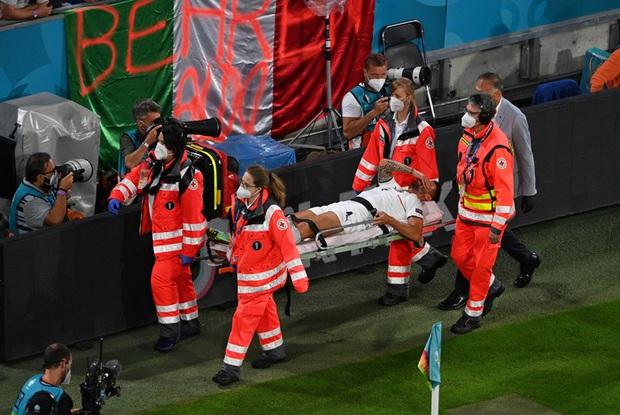 Ảnh: Cầu thủ trụ cột Italy ôm mặt khóc nức nở vì đứt gân gót chân - Ảnh 5.