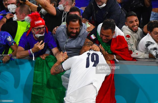 Cầu thủ Ý lột quần, lột áo tặng fan sau chiến thắng oanh liệt ở tứ kết Euro 2020 - Ảnh 6.