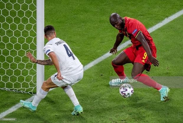 Ảnh: Cầu thủ trụ cột Italy ôm mặt khóc nức nở vì đứt gân gót chân - Ảnh 6.