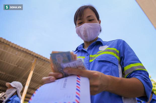 Trao quà tặng 47 công nhân thu gom rác bị nợ lương ở Hà Nội: Sướng quá! Hôm nay nhà tôi sẽ có một bữa cơm có thịt rồi! - Ảnh 6.