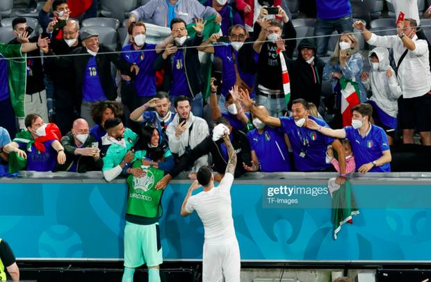 Cầu thủ Ý cởi quần, lột áo tặng fan sau chiến thắng oanh liệt ở tứ kết Euro 2020 - Ảnh 7.