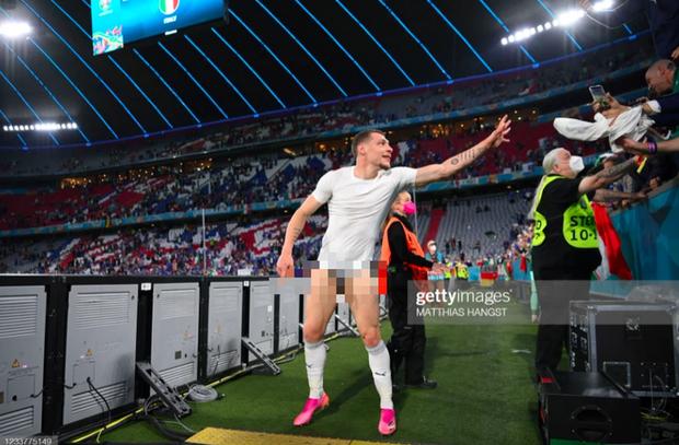 Cầu thủ Ý cởi quần, lột áo tặng fan sau chiến thắng oanh liệt ở tứ kết Euro 2020 - Ảnh 8.