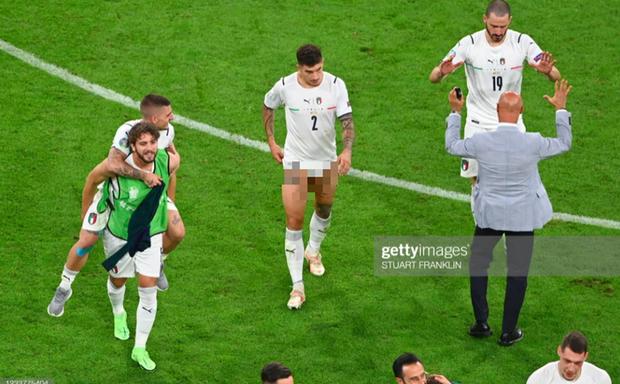 Cầu thủ Ý cởi quần, lột áo tặng fan sau chiến thắng oanh liệt ở tứ kết Euro 2020 - Ảnh 10.