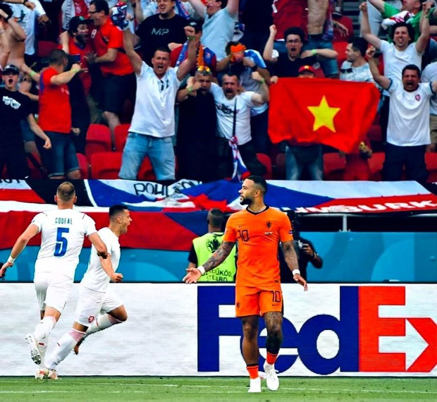 Sau trận đấu Tây Ban Nha - Thụy Sĩ, từ khoá Việt Nam cùng cờ đỏ sao vàng được cộng đồng quốc tế tìm kiếm chóng mặt trên Google - Ảnh 8.