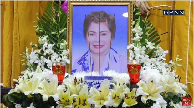 Lễ cầu siêu mẹ danh ca Ngọc Sơn: Xót xa nụ cười người quá cố trên di ảnh, con trai vẫn không thể có mặt vì đang cách ly - Ảnh 2.