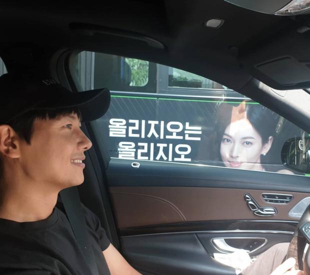 Đi đường bỗng thấy ảnh bà xã Kim So Yeon trên poster Penthouse, tài tử Lee Sang Woo làm gì mà bị gắn mác nghiện vợ thế này? - Ảnh 2.