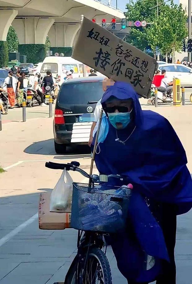 Thảm cảnh mưa lũ Trung Quốc: Cụ già mặc áo mưa ngồi cả ngày đợi con gái đã chết đuối ở ga tàu điện, tấm biển bên cạnh đầy xót xa - Ảnh 2.