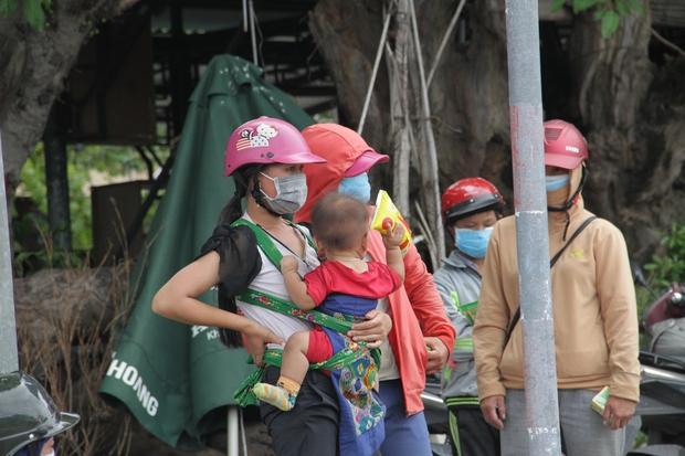Những đứa trẻ mệt mỏi, xơ xác khi cùng bố mẹ đi hơn 1.000km về quê tránh dịch Covid-19 - Ảnh 5.
