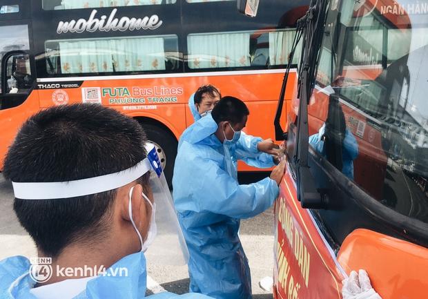 Hơn 300 người dân Bến Tre rời TP.HCM về quê trên chuyến xe đặc biệt: Được quê hương che chở sẽ an tâm hơn - Ảnh 1.