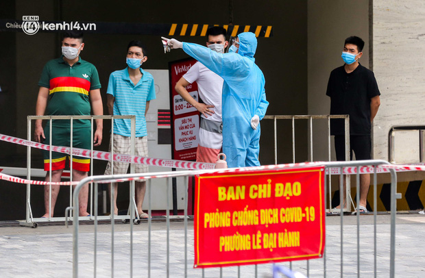 Ảnh, clip: Hà Nội đưa 50 F1 tại quận Hai Bà Trưng đi cách ly tập trung - Ảnh 9.