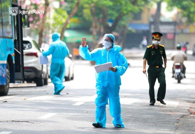 Ảnh, clip: Hà Nội đưa 50 F1 tại quận Hai Bà Trưng đi cách ly tập trung - Ảnh 3.