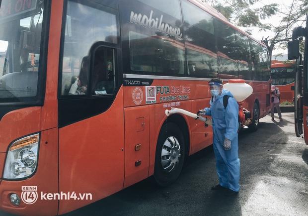 Hơn 300 người dân Bến Tre rời TP.HCM về quê trên chuyến xe đặc biệt: Được quê hương che chở sẽ an tâm hơn - Ảnh 4.