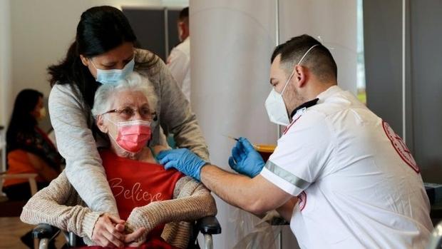 Quốc gia đầu tiên tiêm mũi vaccine Covid-19 tăng cường cho người trên 60 tuổi - Ảnh 1.