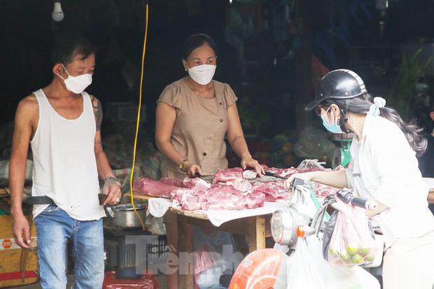 Vô lý giá lợn hơi giảm kỷ lục, thịt thành phẩm vẫn cao ngất ngưởng - Ảnh 1.