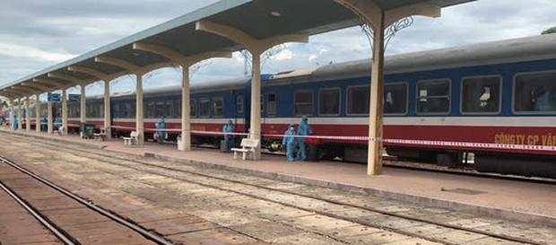 Thêm 368 công dân Thừa Thiên - Huế từ vùng có dịch đã về tới quê bằng tàu hỏa - Ảnh 1.