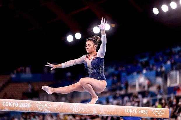 Nữ VĐV dân tộc HMông xuất sắc giành HCV Olympic Tokyo, nhìn móng tay của cô nàng thì càng khâm phục hơn - Ảnh 1.