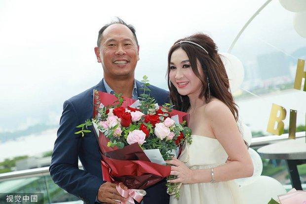 Đát Kỷ Ôn Bích Hà gây xôn xao với hình ảnh mặc váy cưới bốc lửa ở tuổi 55, netizen tranh cãi dữ dội - Ảnh 5.