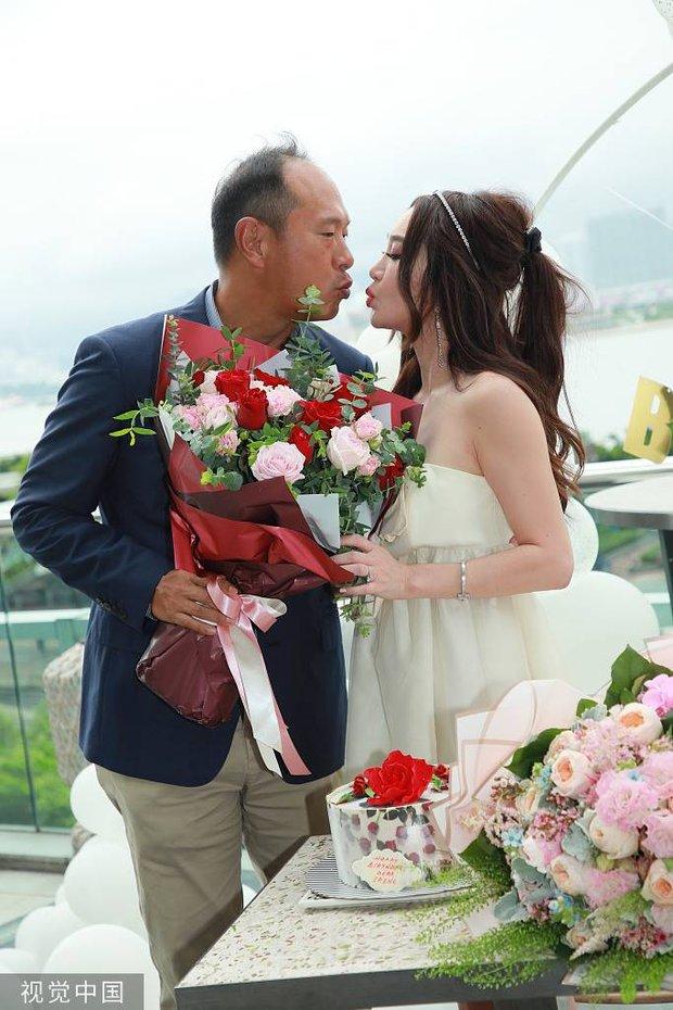 Đát Kỷ Ôn Bích Hà gây xôn xao với hình ảnh mặc váy cưới bốc lửa ở tuổi 55, netizen tranh cãi dữ dội - Ảnh 6.
