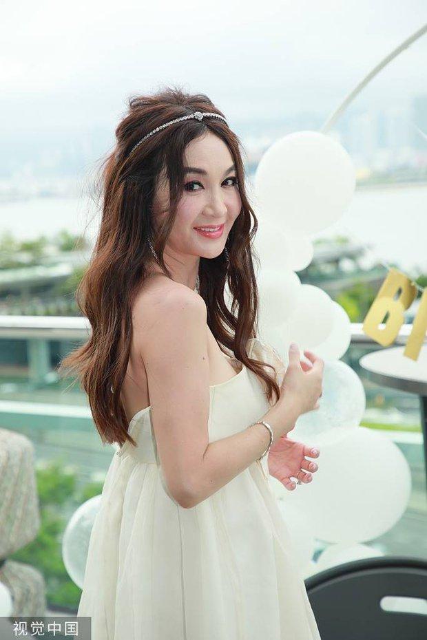 Đát Kỷ Ôn Bích Hà gây xôn xao với hình ảnh mặc váy cưới bốc lửa ở tuổi 55, netizen tranh cãi dữ dội - Ảnh 8.