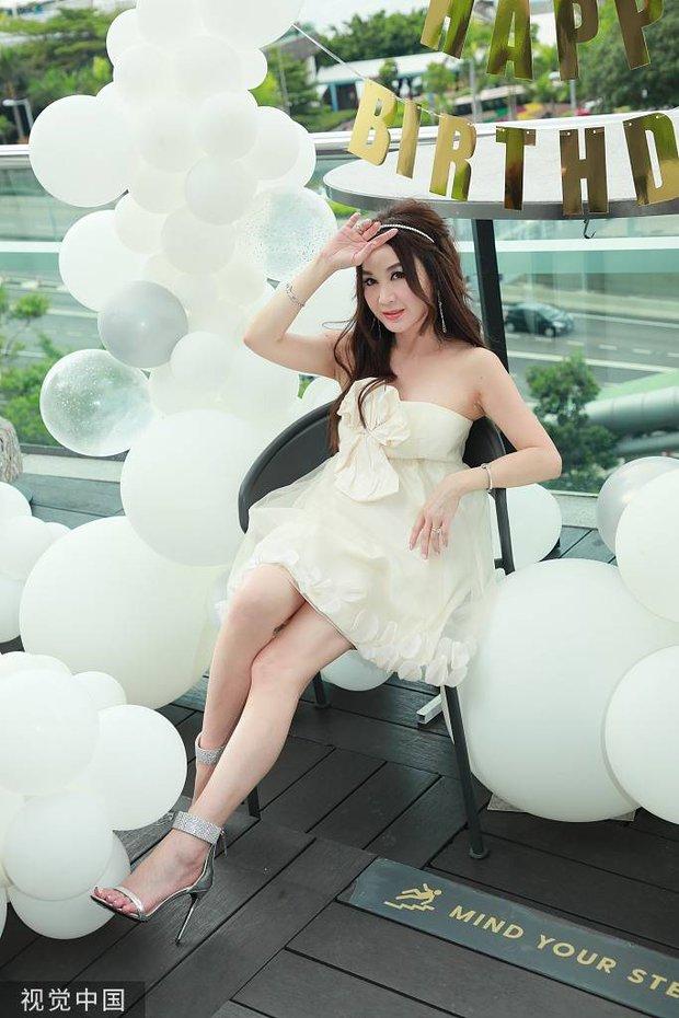 Đát Kỷ Ôn Bích Hà gây xôn xao với hình ảnh mặc váy cưới bốc lửa ở tuổi 55, netizen tranh cãi dữ dội - Ảnh 9.