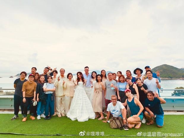 Đát Kỷ Ôn Bích Hà gây xôn xao với hình ảnh mặc váy cưới bốc lửa ở tuổi 55, netizen tranh cãi dữ dội - Ảnh 2.
