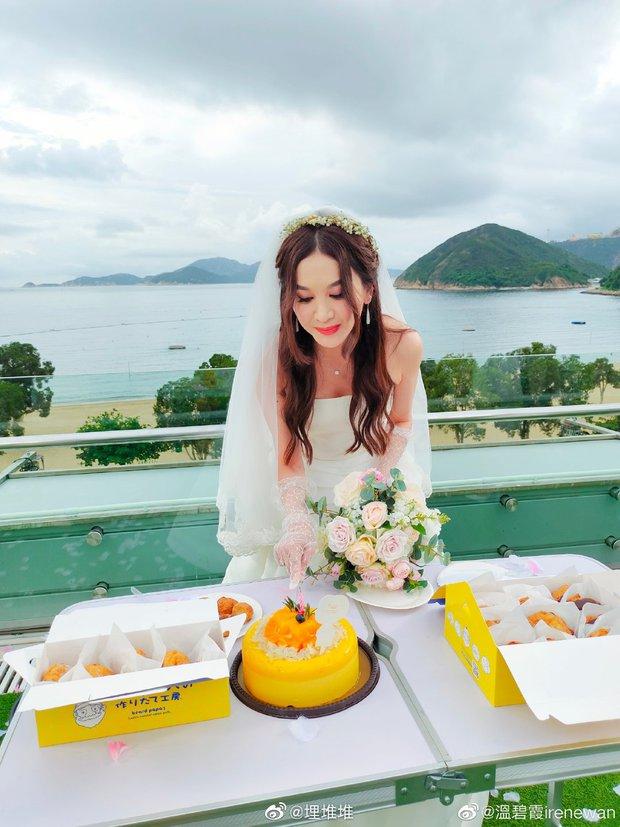 Đát Kỷ Ôn Bích Hà gây xôn xao với hình ảnh mặc váy cưới bốc lửa ở tuổi 55, netizen tranh cãi dữ dội - Ảnh 3.