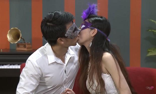 Để trai lạ sờ soạng, hôn vồ vập trên show hẹn hò, nữ vũ công Việt bị cha ruột từ mặt! - Ảnh 1.