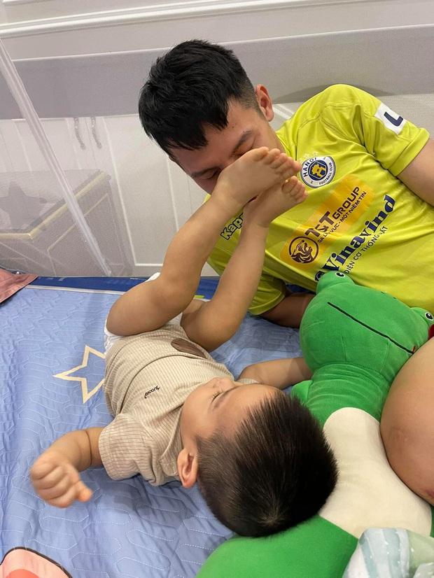 Tiền vệ tuyển Việt Nam nhờ vợ cắt tóc - Ảnh 3.