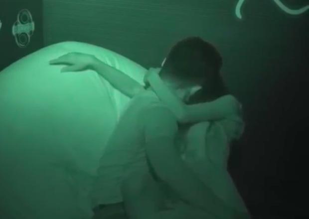 Để trai lạ sờ soạng, hôn vồ vập trên show hẹn hò, nữ vũ công Việt bị cha ruột từ mặt! - Ảnh 3.